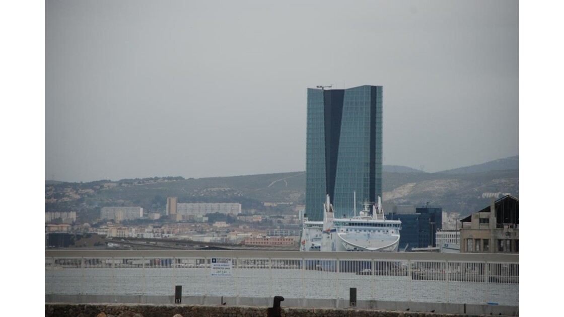 la tour cma-cgm sur le port