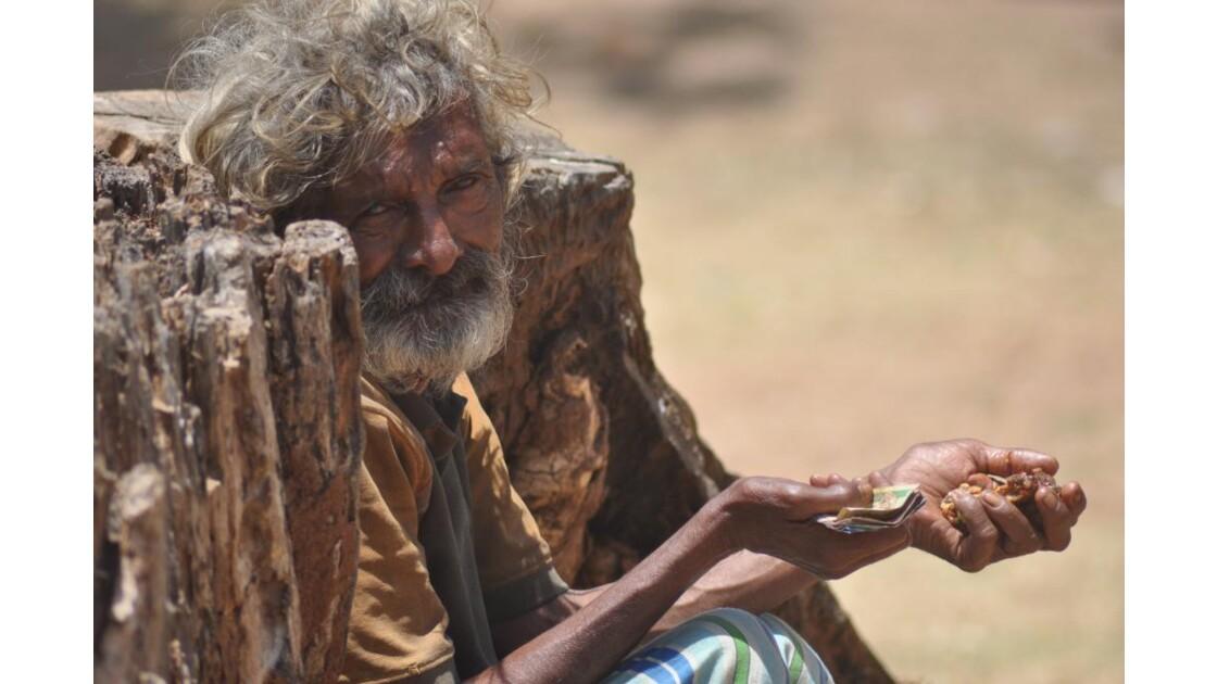 le mendiant dans son tronc