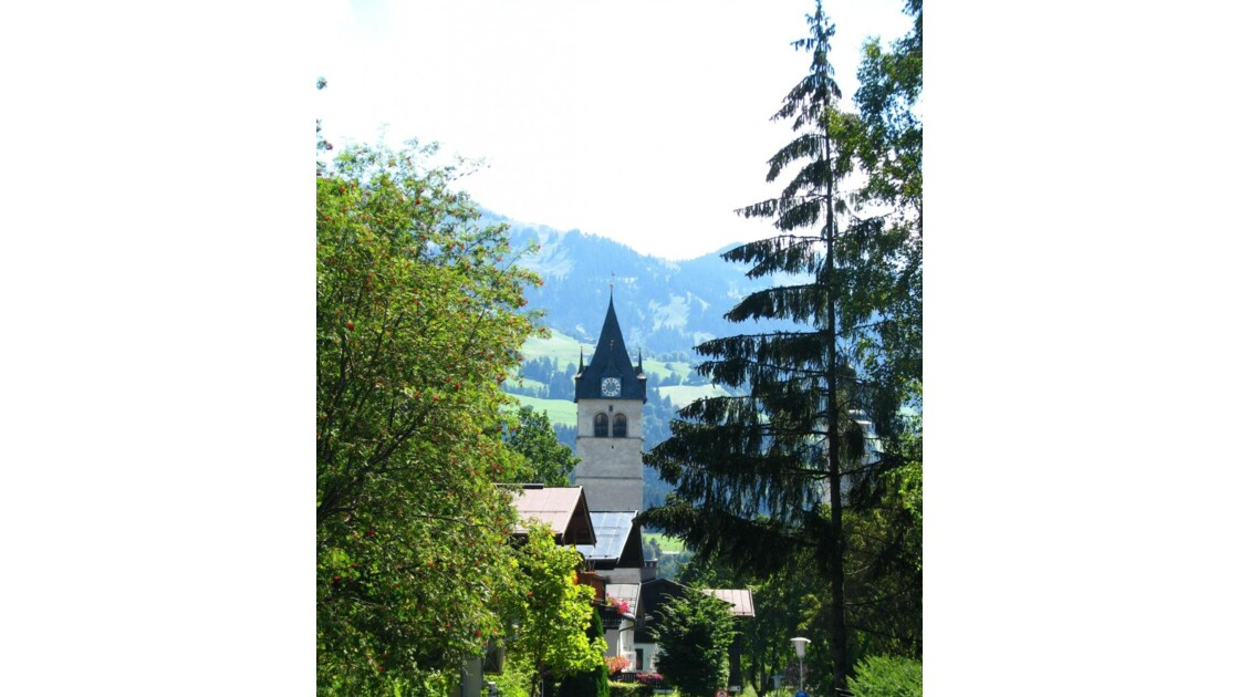 Kitzbülh: clocher entre les arbres