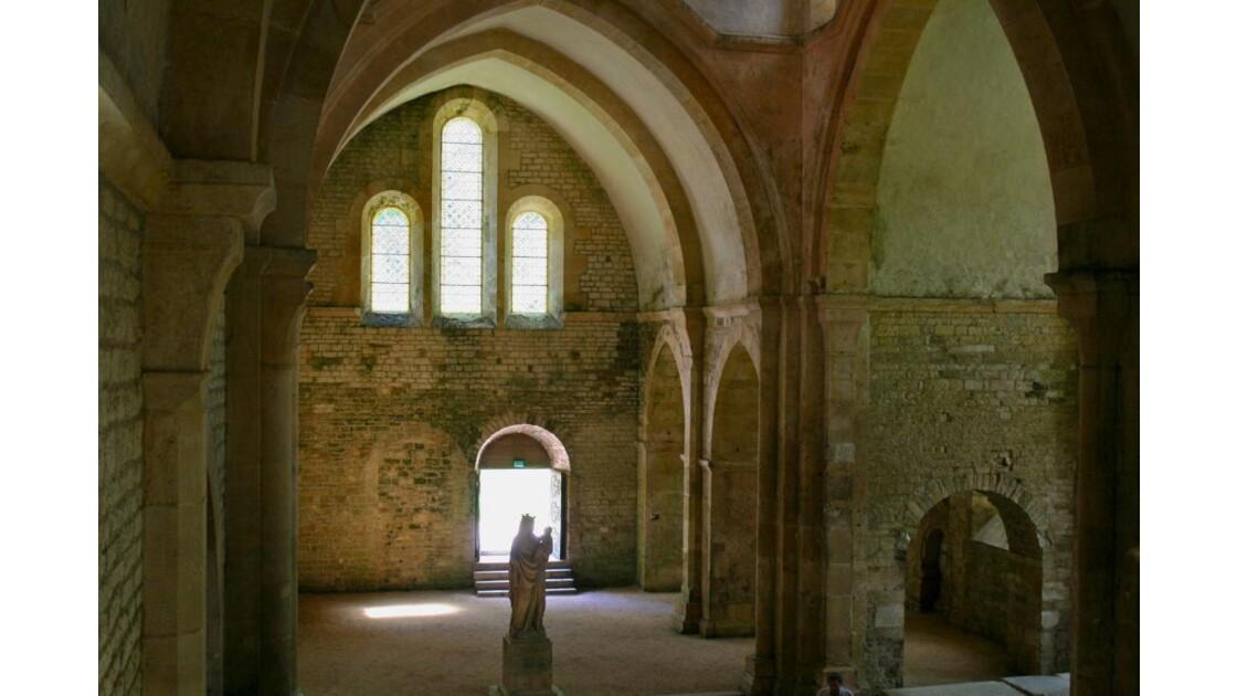 Fontenay: le transept N et statue de N-D