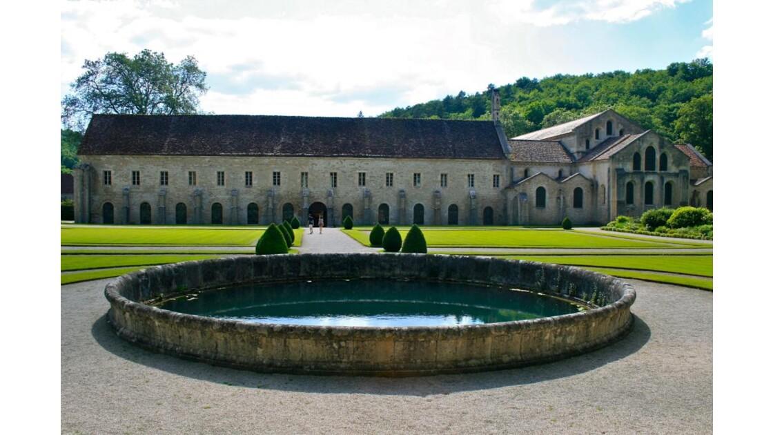 Abbaye de Fontenay vue depuis le jardin