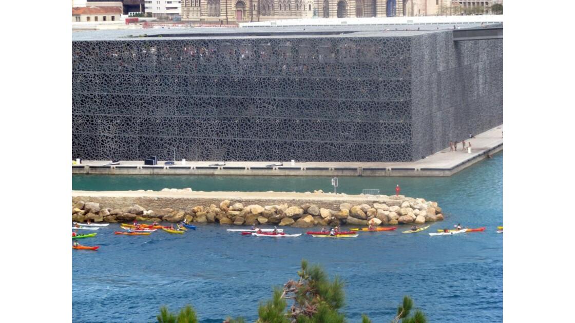 Les kayaks devant le Mucem