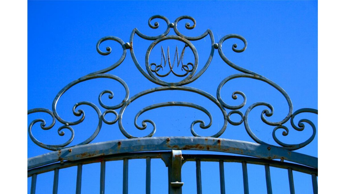 Sully: portail / monogramme Mac Mahon