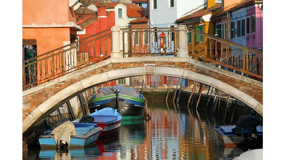 Un pont haut en couleurs