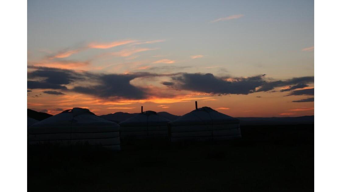 coucher soleil sur yourtes