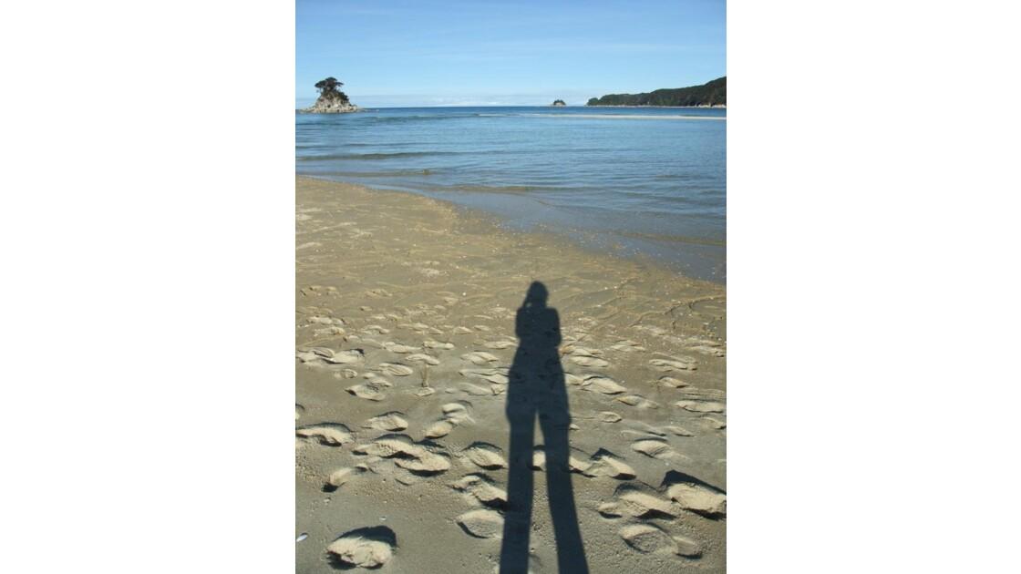 une ombre sur la plage
