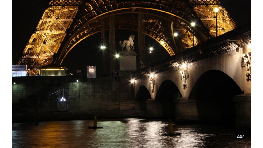 Aux pieds de la tour et du pont d'Iéna .