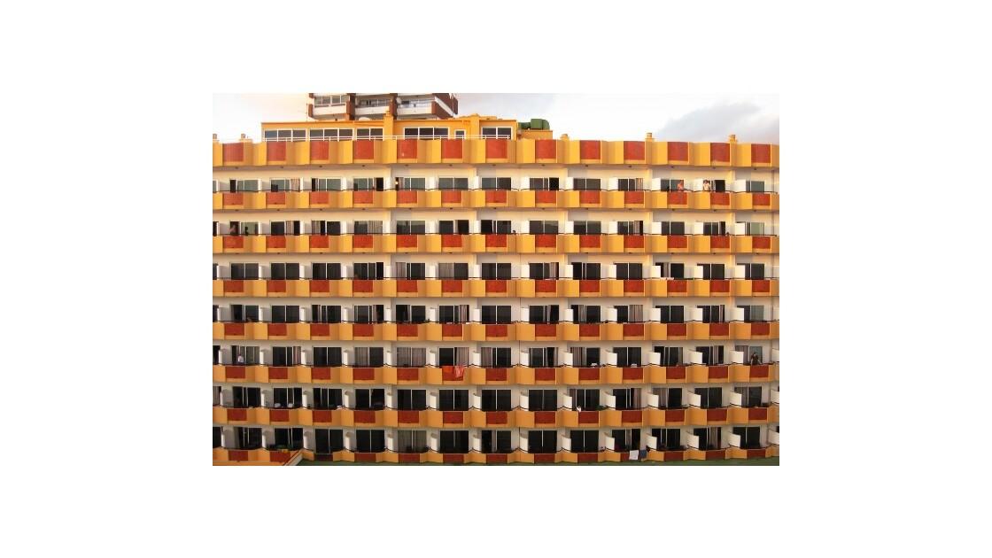 Gran Canaria grande façade orange.JPG