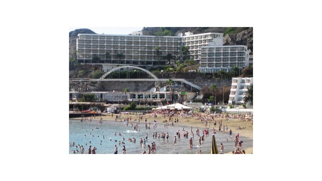 Gran Canaria plage et immeuble.JPG