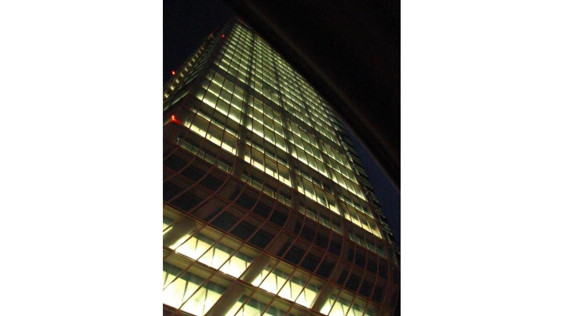 Au pied de la tour CMA CGM
