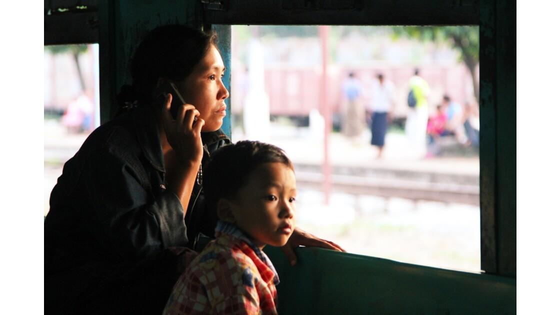 Portable dans le train urbain de Yangon