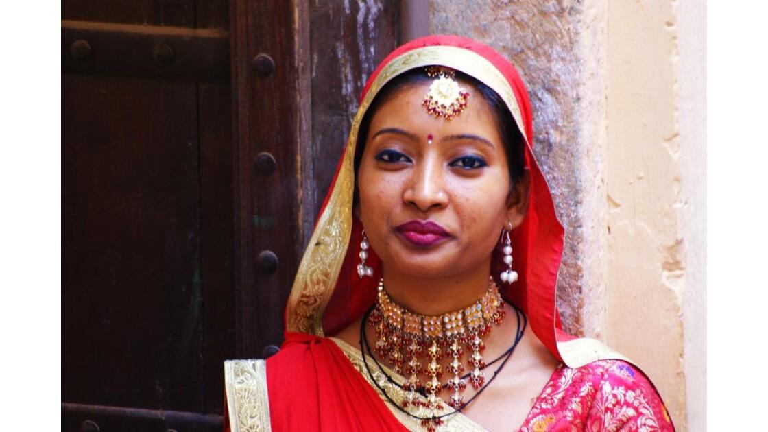 Belle indienne au détour d'une ruelle