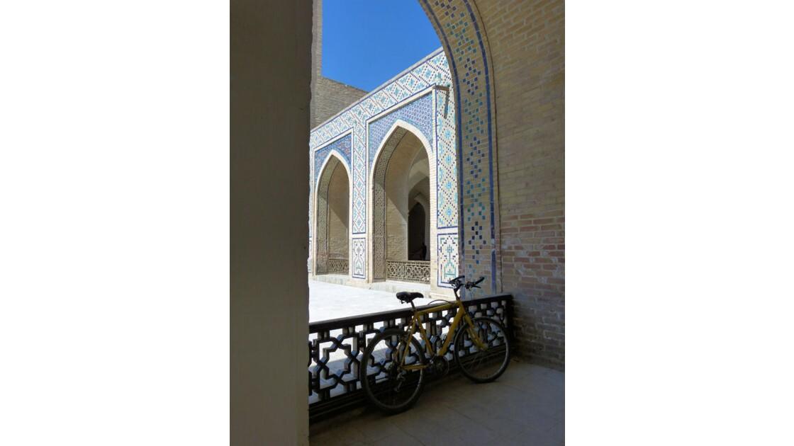 Vélo jaune, mosquée Kalon