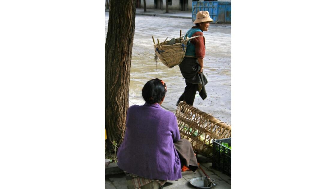 Gyantsé: femmes dans une rue