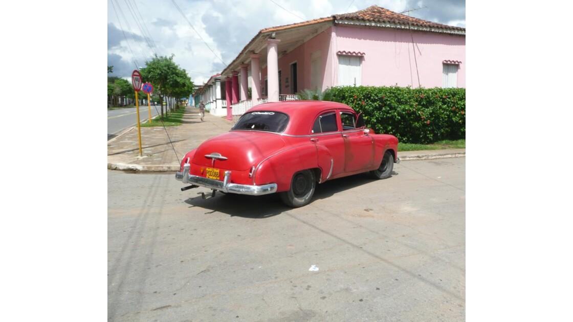 Une voiture dans une rue de VINALES