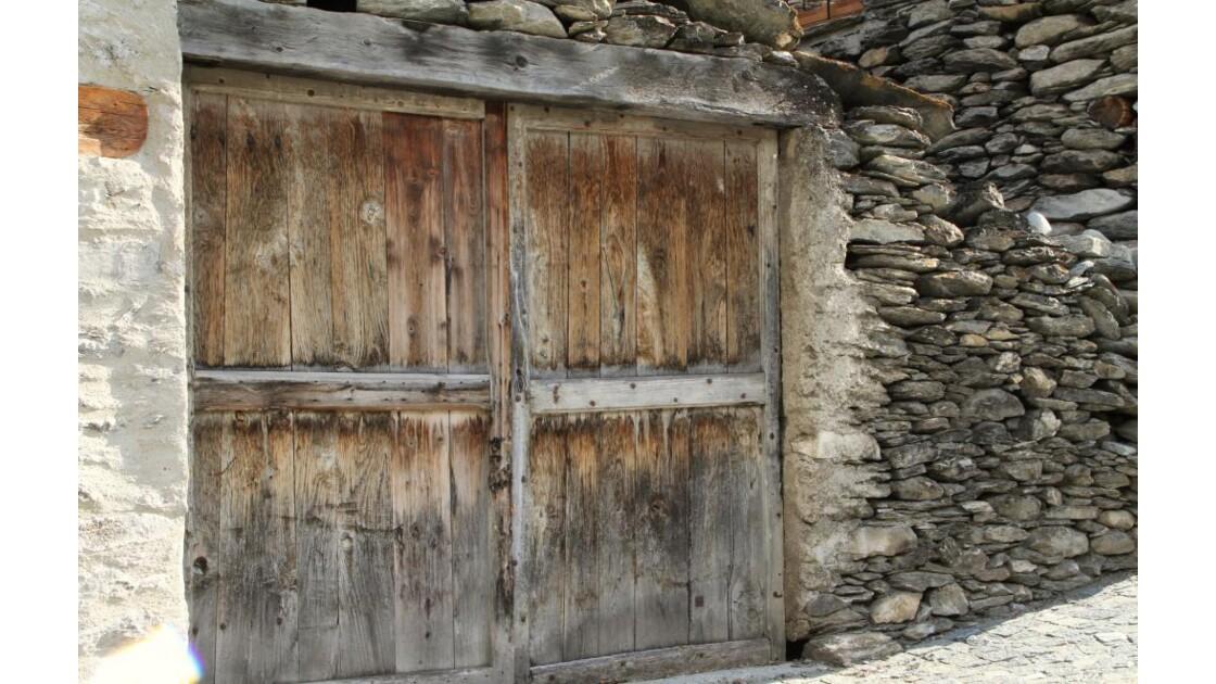 """Porte de garage ancienne .."""