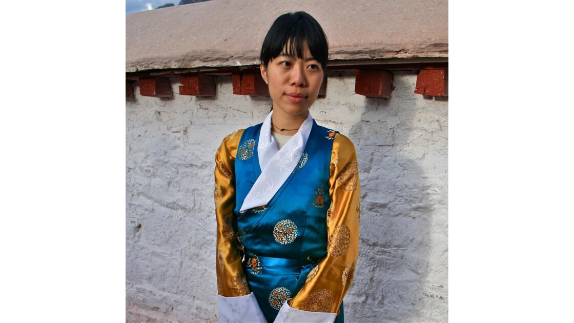 Jeune femme en habit de soie