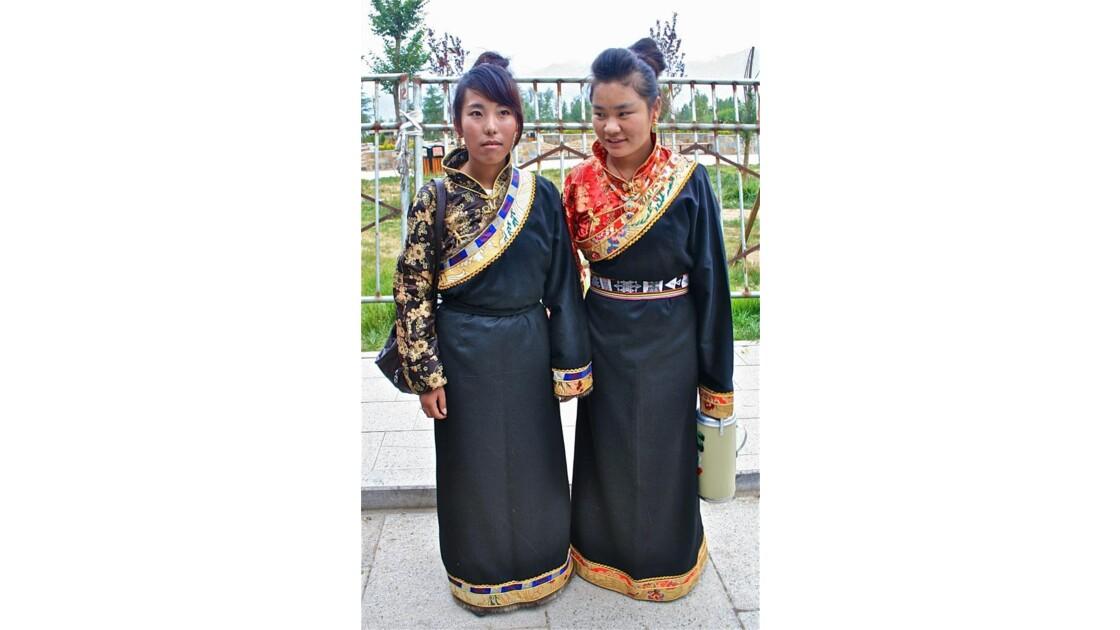 Jeunes femmes effectuant le pèlerinage