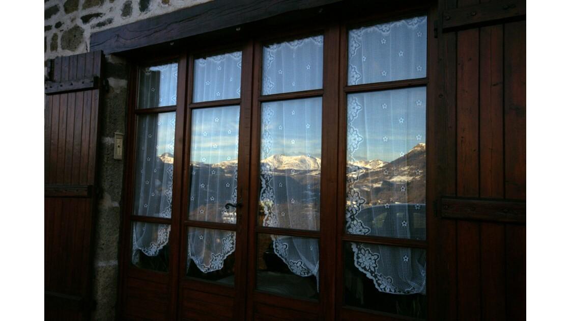 Les monts a travers de la fenêtre