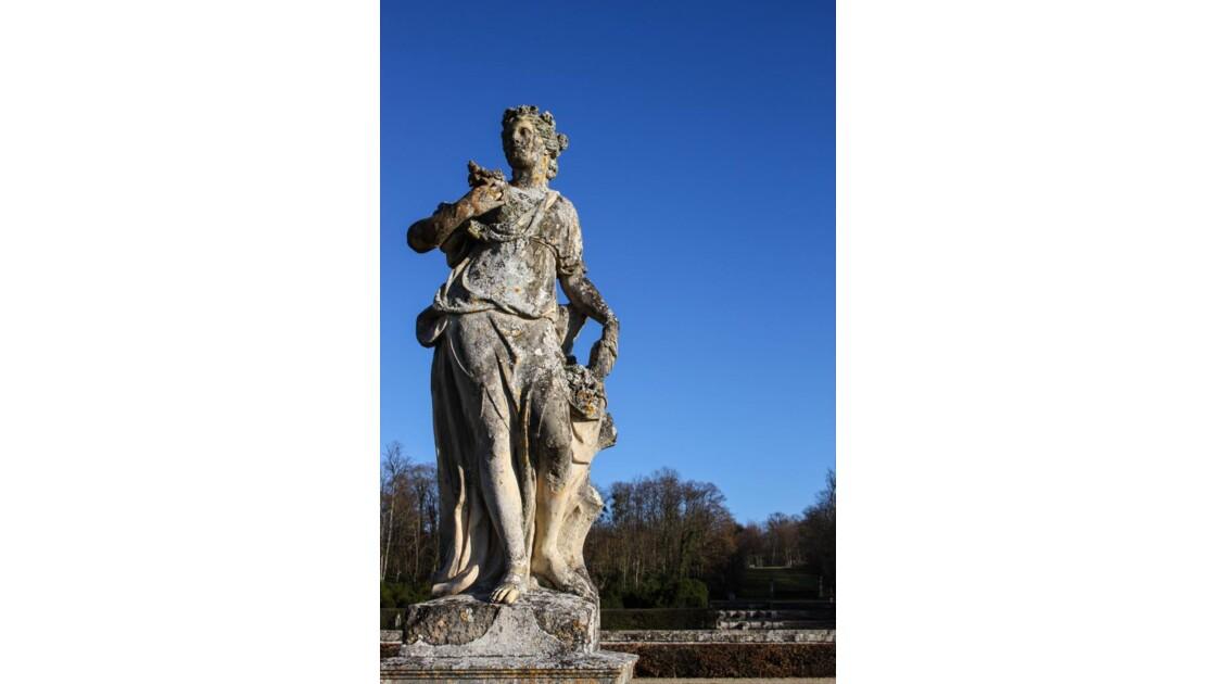 dans le jardin...une statue.....