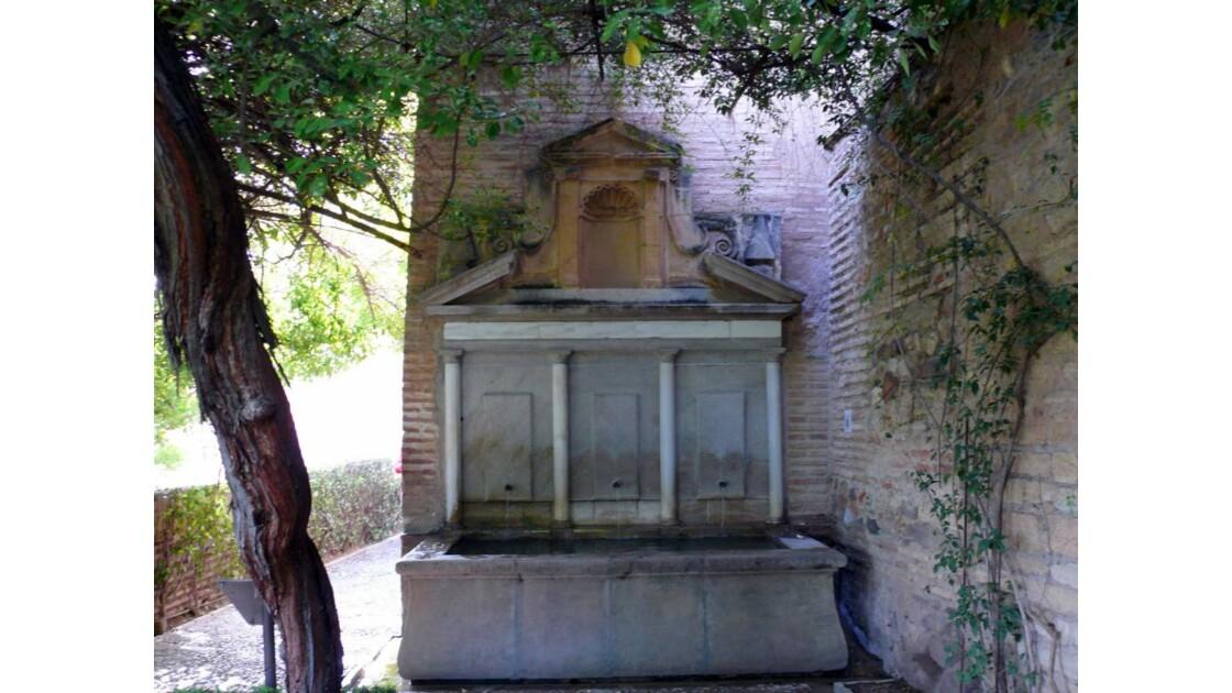 une fontaine dans les jardins