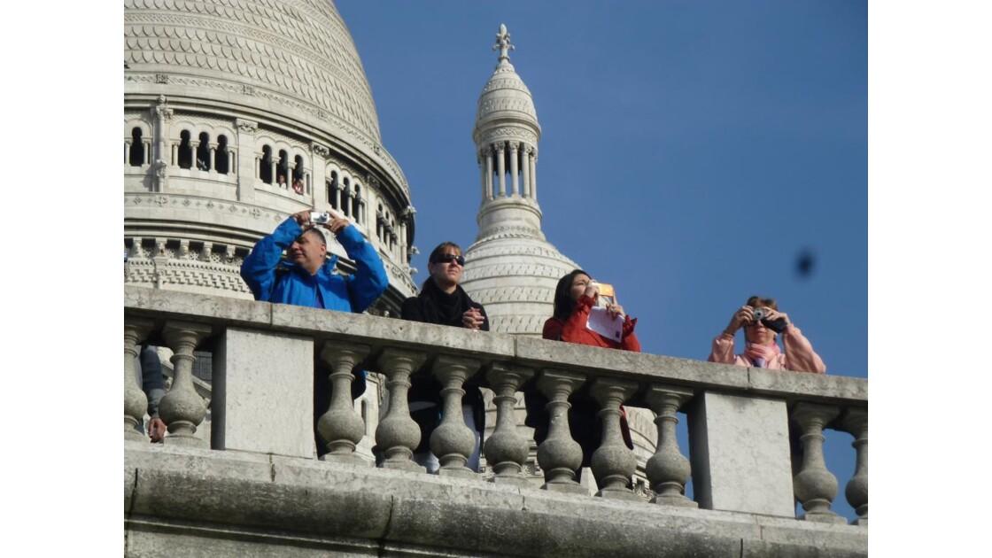 Y a du monde au balcon.