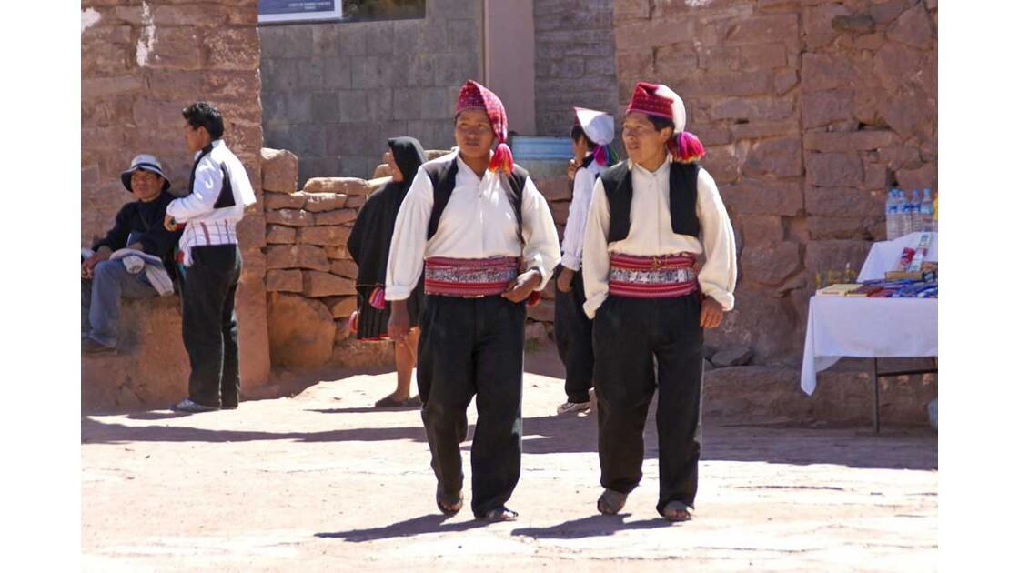 Titicaca Jeunes hommes à Taquile