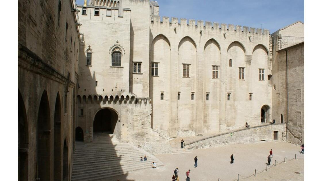 Palais des Papes: cour d'honneur