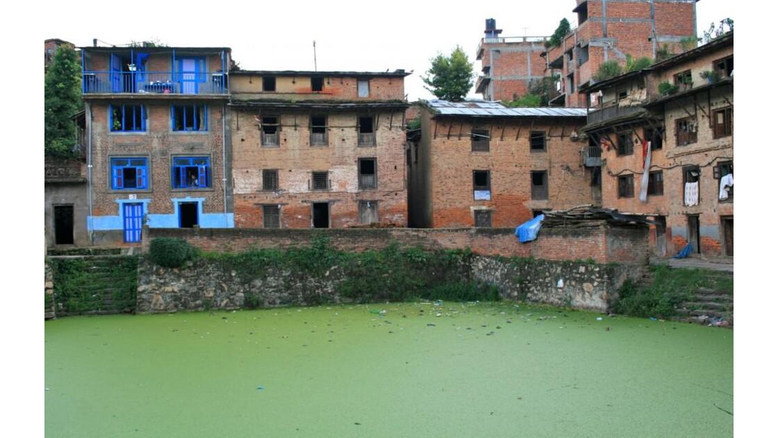 Bungamati: maisons autour du point d'eau