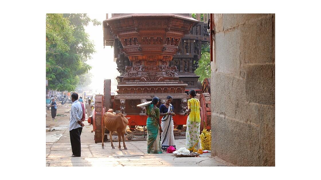 Scène de rue devant Hampi Temple