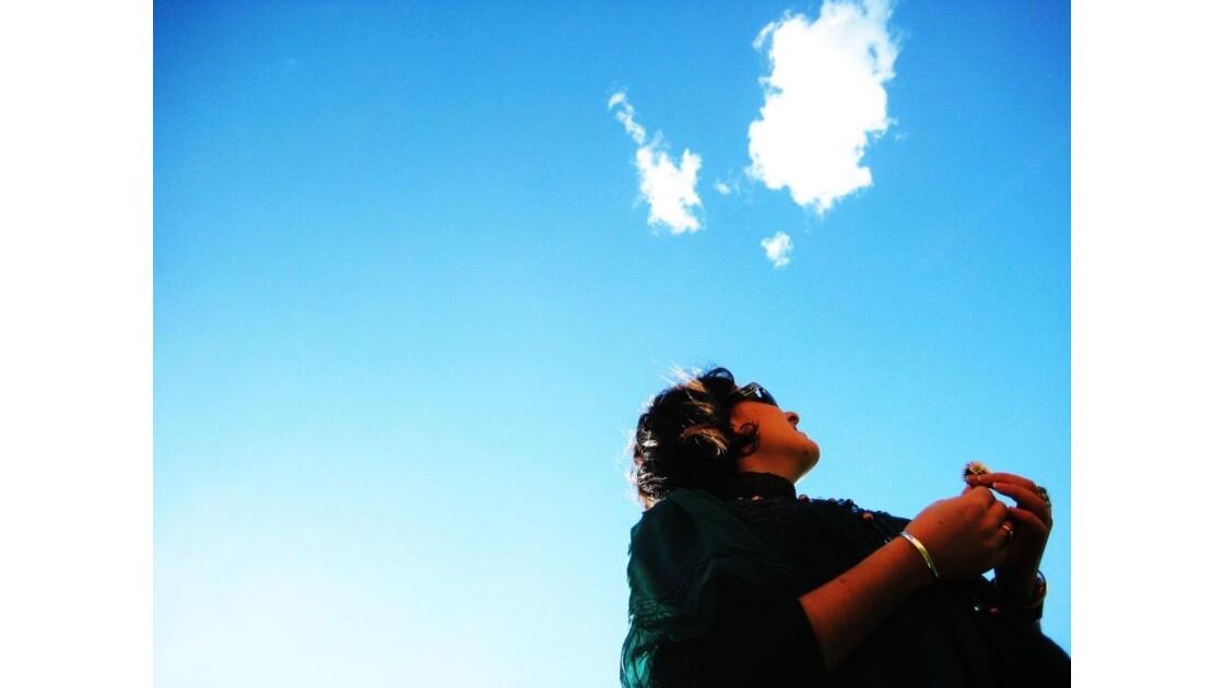 Yeux vers l'immensité du ciel