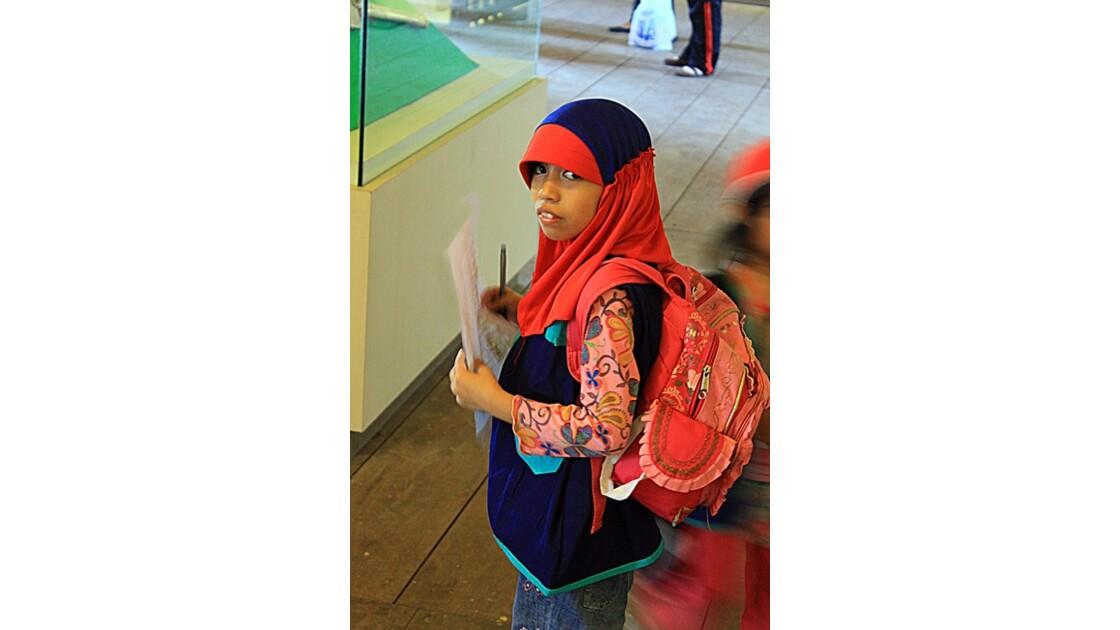 8_écolière au musée