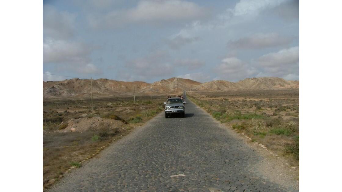 route pavée dans le désert