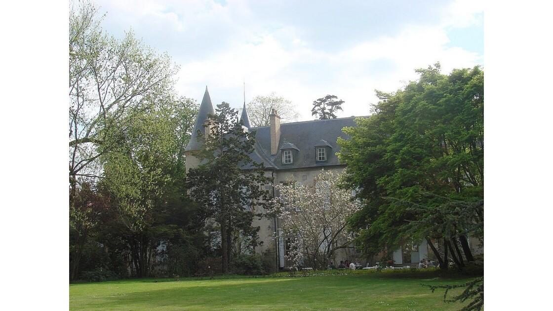 Derrière le château