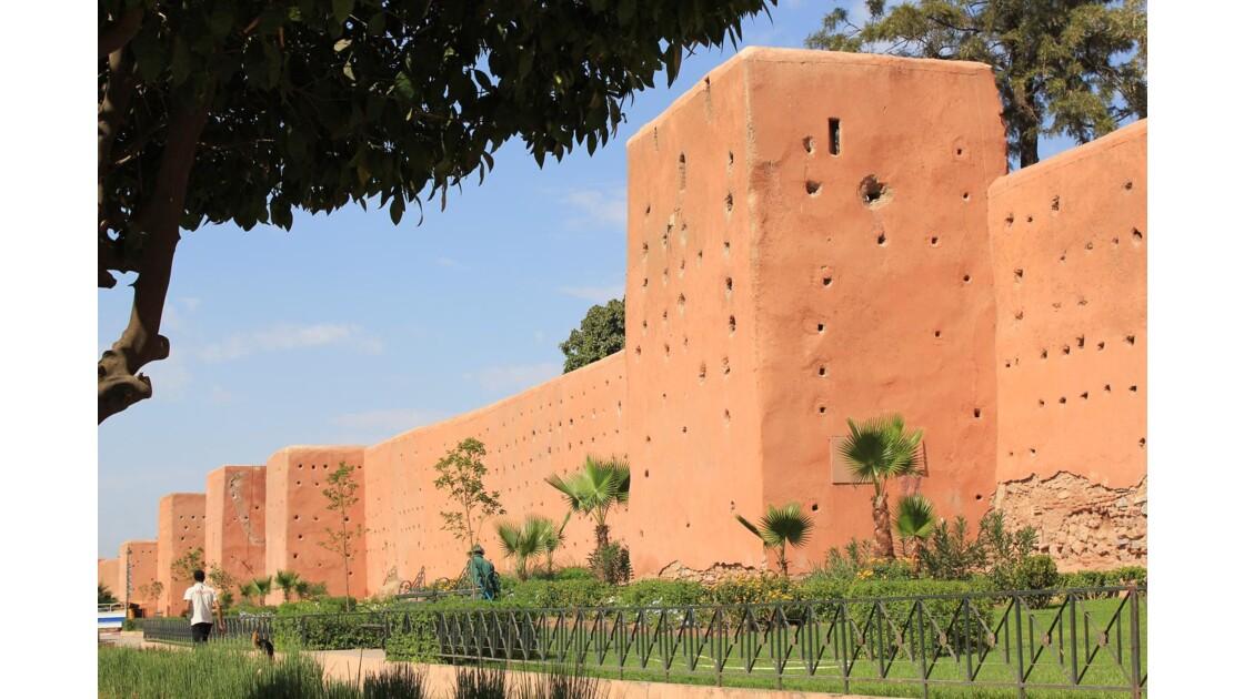 Marrakech et ses remparts restaurés près de Bab Jdid .Une balade bien agréable et le chemin piétonnier