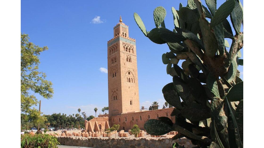 Marrakech: la Koutoubia dresse son minaret à 69m de haut et la pointe de la flèche culmine à 77m.