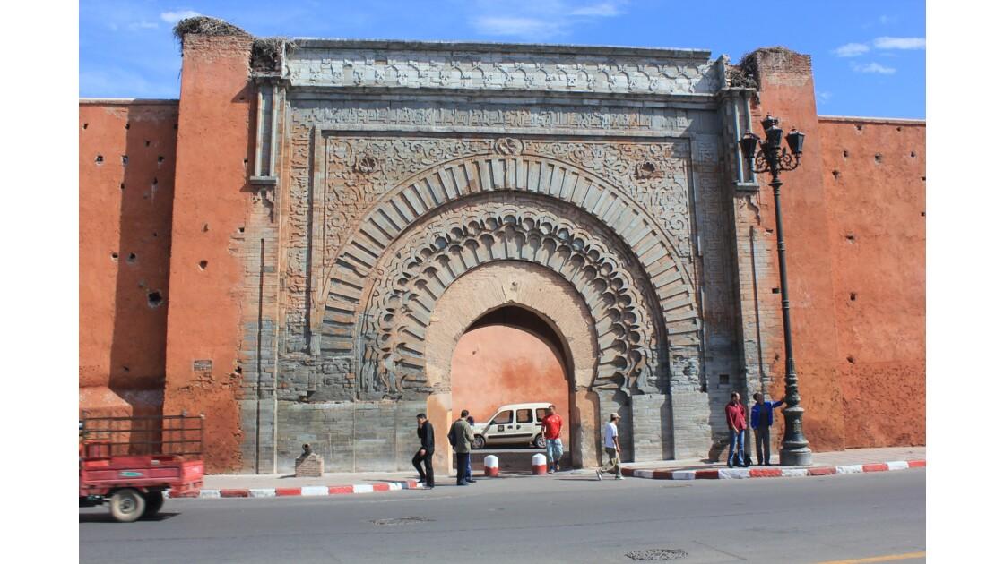 Marrakech : la porte monumentale Bab Agnaou près des tombeaux saadiens