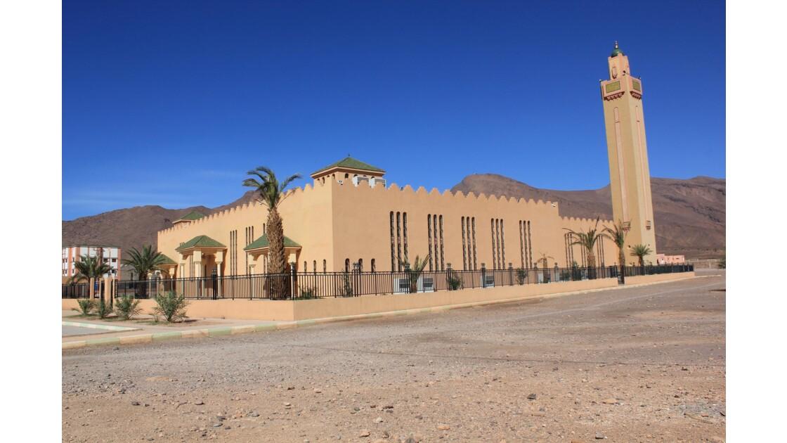 Foum Zguid et sa nouvelle mosquée qui s'élève à la sortie de la ville moderne sur la route