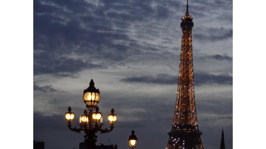 La tour Eiffel et un lampadaire