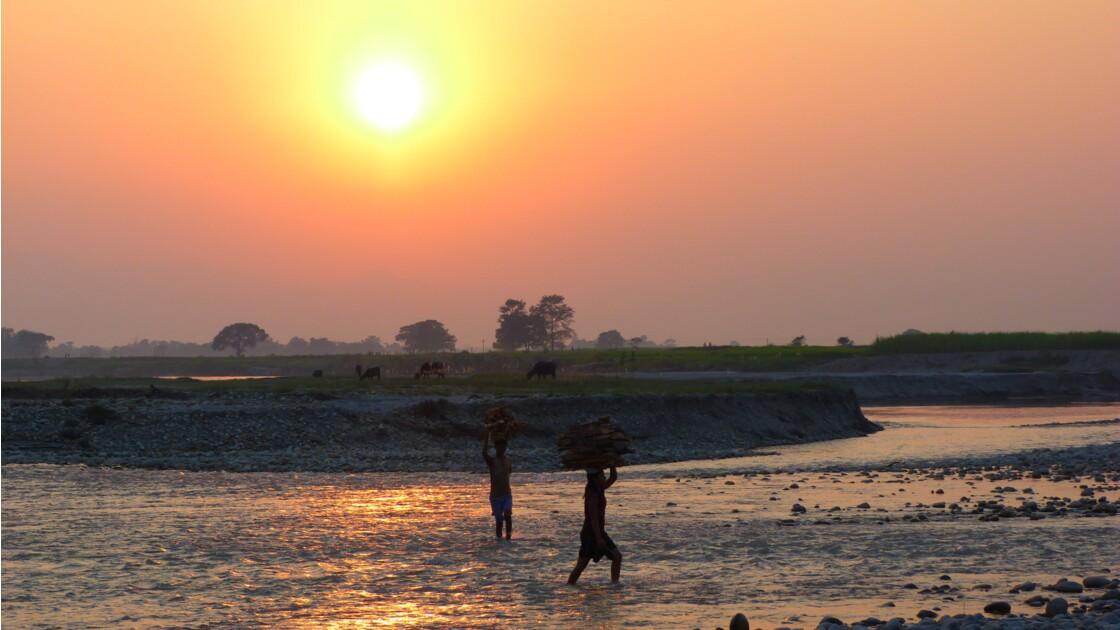 Coucher de soleil sur une rivière du Népal