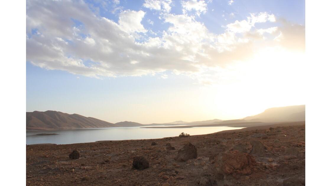 Coucher de soleil sur le lac du barrage Hassan Adakhil en amont d'Errachidia .Les eaux servent à l'irrigation de tout le sud du Tafilalet
