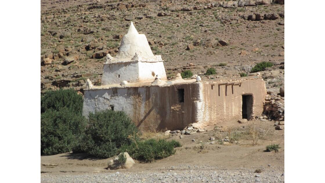 Après avoir franchi les gorges duTodra la route monte vers Tamtattouchte sur le plateau du Haut-Atlas et
