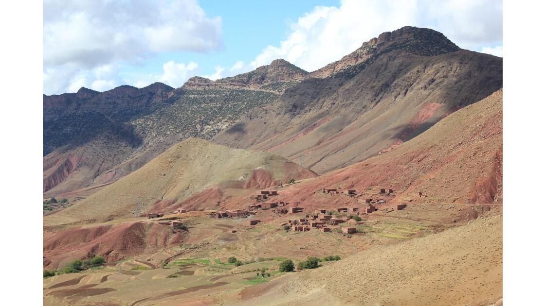 Dans la Tessaout quelques rares villages s'accrochent à flanc de montagne .