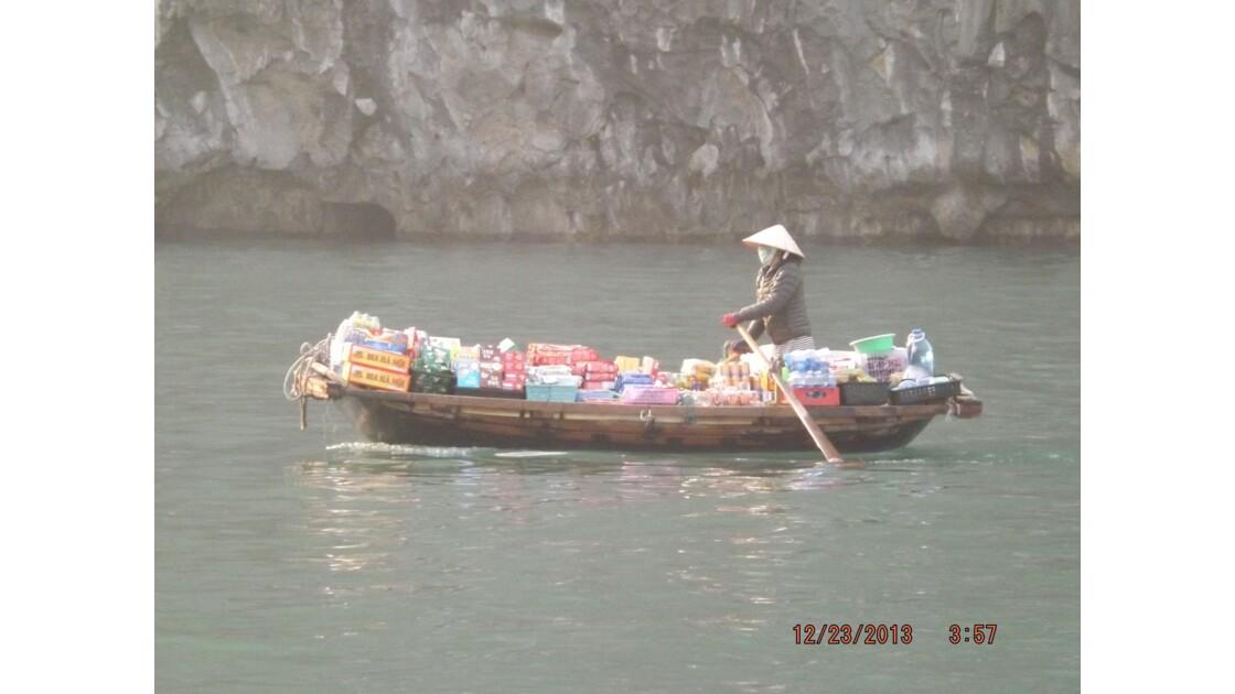 pêcheur sur la baie d'Halong
