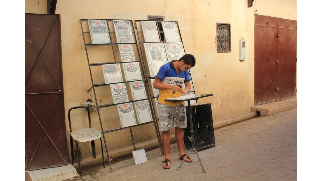En pleine rue de la médina de Fés , sous les regards , des artisans