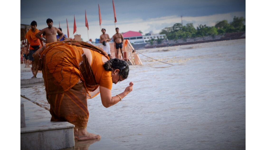 cérémonie des puja au bord du gange