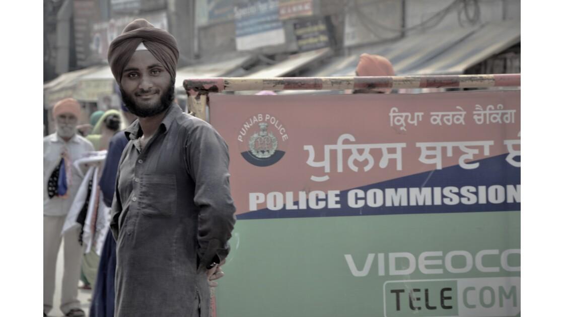 Un Sikh qui guète près de la police