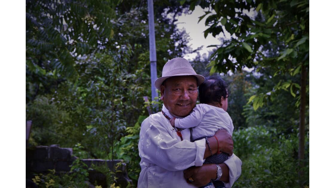 Un grand-père tibétain et son petit fils à Dharamsala