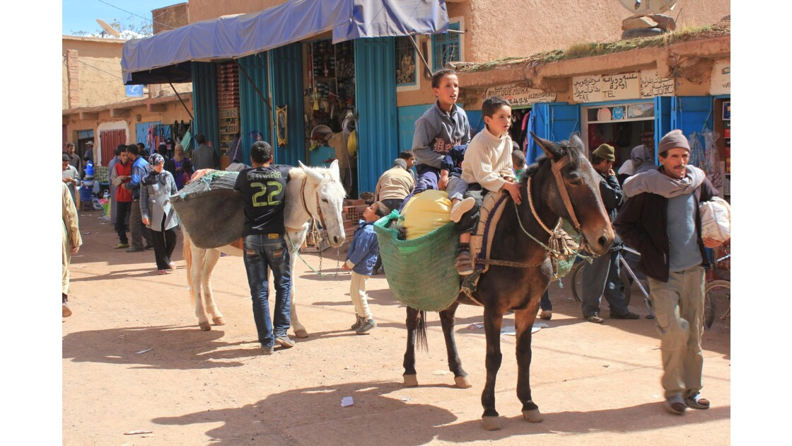Les enfants sont nombreux aussi sur le souk de Tabant et chevaucher une mule