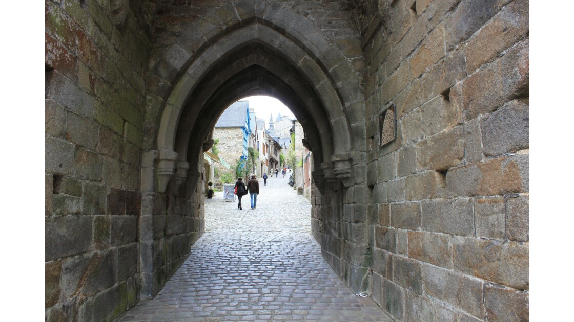 Bretagne : la rue médiévale du Jerzual franchit les remparts de la ville
